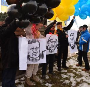 Ігор Толмачов за декілька хвилин до загибелі тримає портрет Кернеса на кульках щоб запустити його у небо. Але, Ігор загинув, а Кернес тоді завис на дротах.